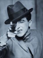 Jean Cocteau avec un revolver 1926