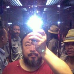 Ai Weiwei avec la rockstar Zuoxiao Zuzhou dans l'ascenseur, placé en garde à vue par la police Sichuan, Chine août 2009